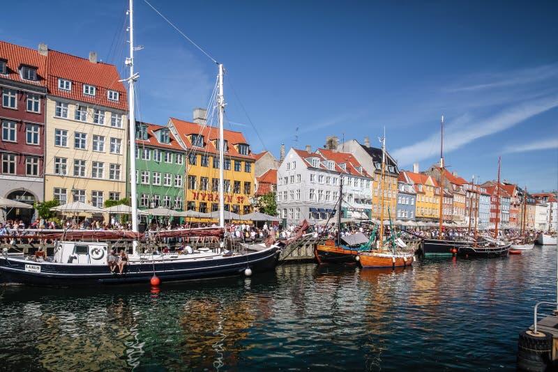 Oude boten en huizen in Nyhavn in Kopenhagen royalty-vrije stock afbeeldingen