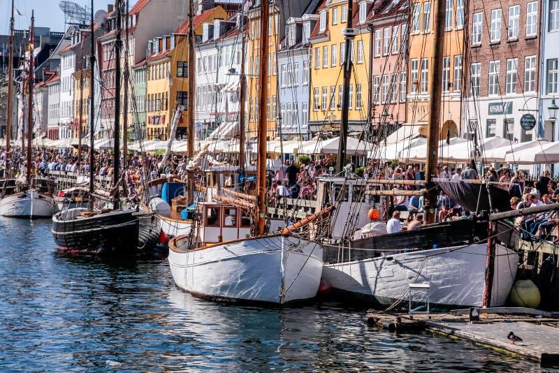 Oude boten en huizen in Nyhavn in Kopenhagen royalty-vrije stock fotografie