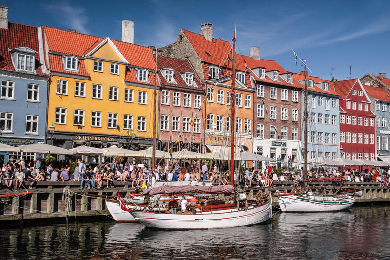 Oude boten en huizen in Nyhavn in Kopenhagen stock afbeeldingen