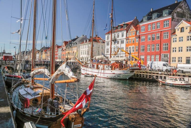 Oude boten en huizen in Nyhavn in Kopenhagen stock afbeelding