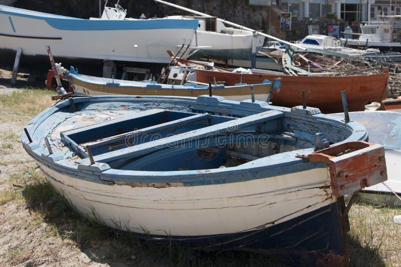 Oude boten op het zand stock afbeelding