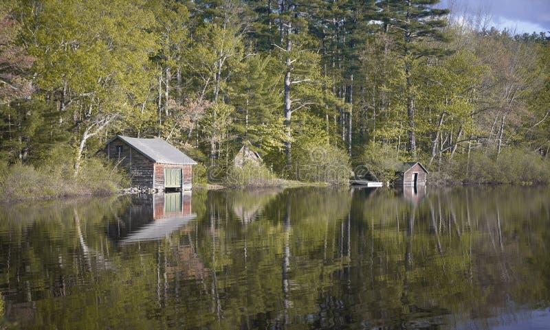 Oude Botenhuizen op New Hampshire-meer stock afbeelding