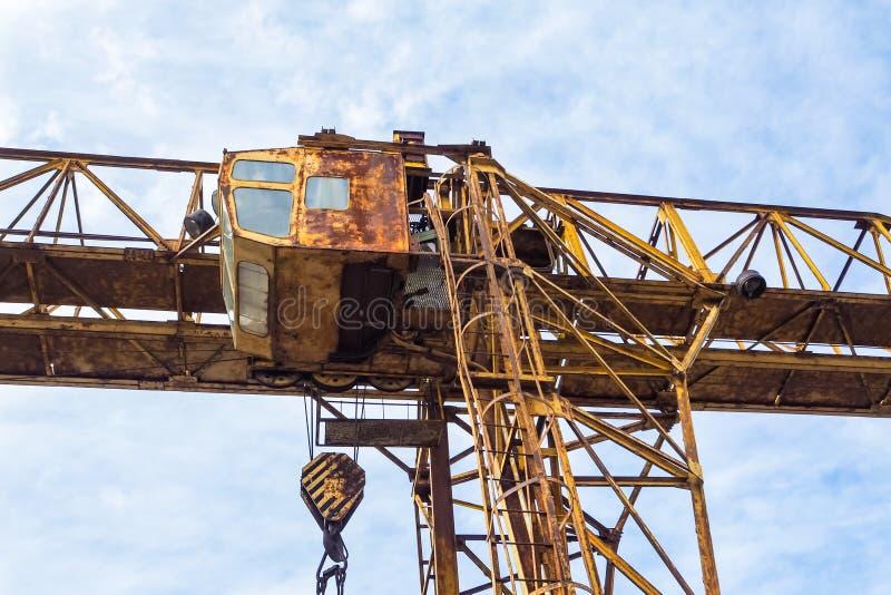 Oude bouwkraan Het achtergedeelte van een bouwkraan stock foto's