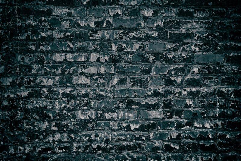 Oude bouwvallige donkere bakstenen muur - sombere grungeachtergrond royalty-vrije stock afbeelding