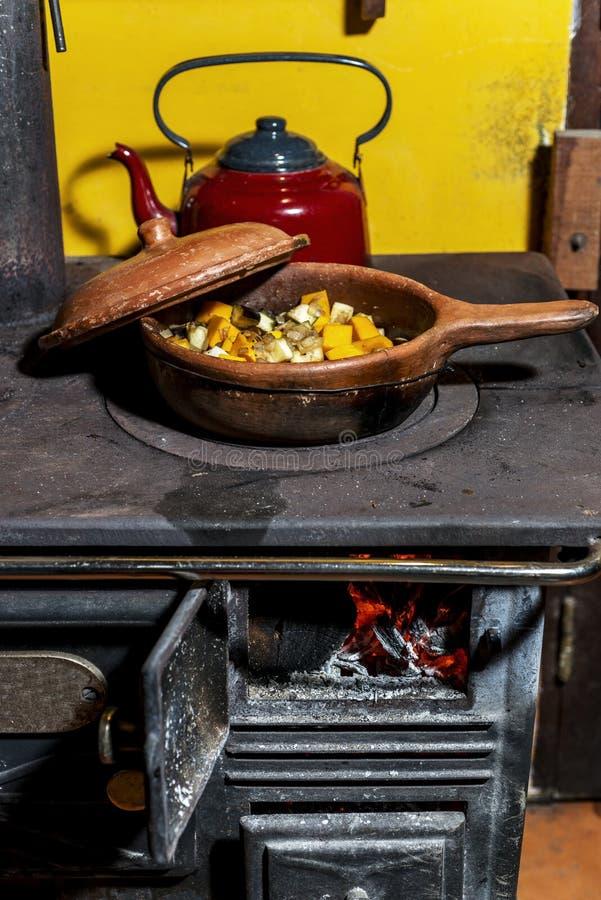 Oude brandhoutkeuken waar zij een maaltijd koken stock fotografie