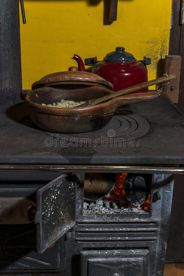 Oude brandhoutkeuken waar zij een maaltijd koken stock afbeelding