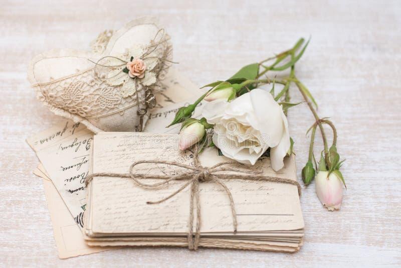 Oude brieven, bloemen en decoratie royalty-vrije stock foto