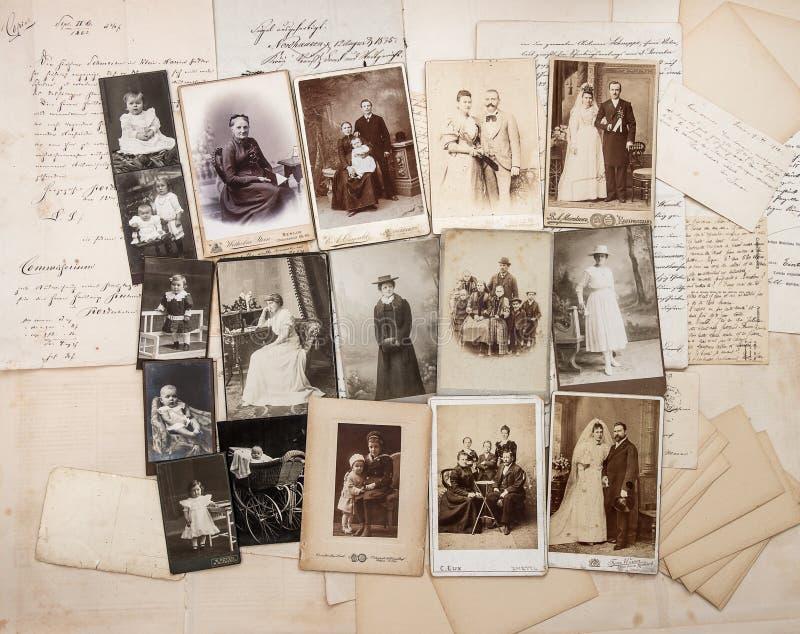 Oude brieven en antieke familiefoto's stock foto
