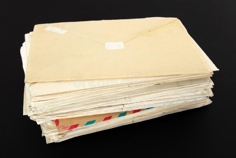 Oude brieven op zwarte achtergrond stock foto's