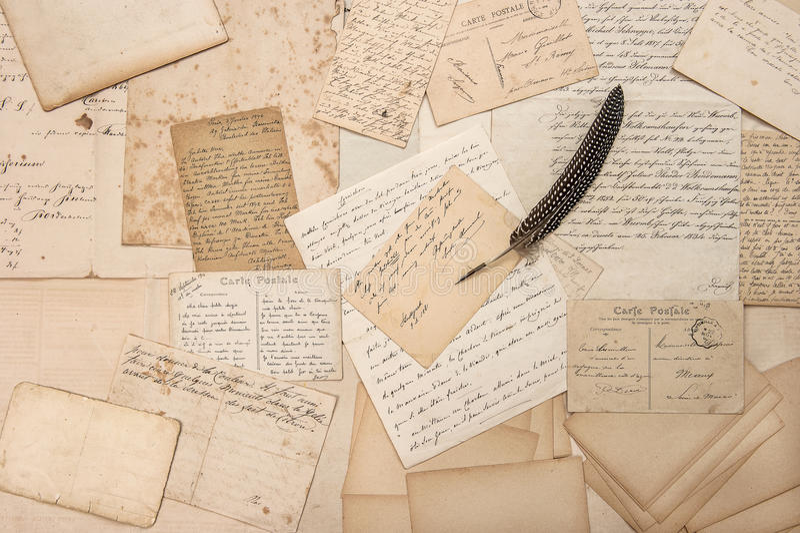 Oude brieven, uitstekende prentbriefkaaren en antieke veerpen stock afbeelding