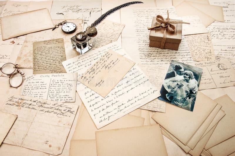 Oude brieven, uitstekende prentbriefkaaren en retro beeld van paar stock foto