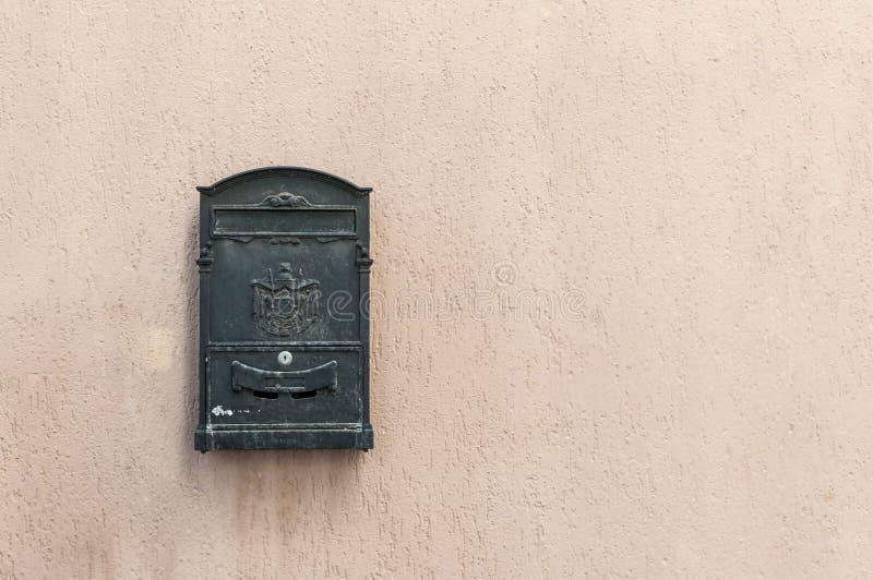 Oude brievenbus met exemplaarruimte royalty-vrije stock afbeelding