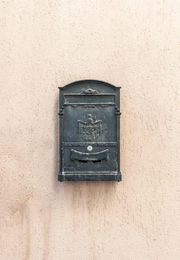 Oude brievenbus met exemplaarruimte royalty-vrije stock foto
