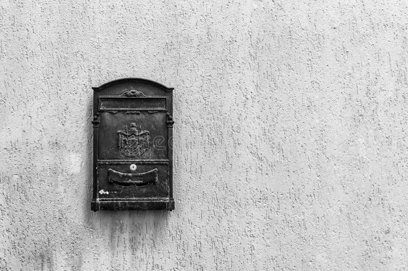 Oude brievenbus met exemplaarruimte in zwart-wit stock afbeelding