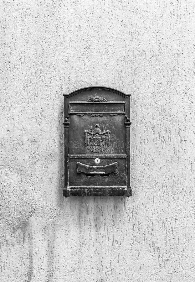 Oude brievenbus met exemplaarruimte in zwart-wit stock foto