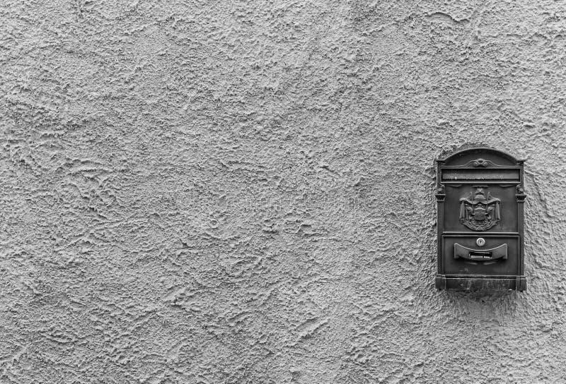 Oude brievenbus met exemplaarruimte in zwart-wit royalty-vrije stock foto
