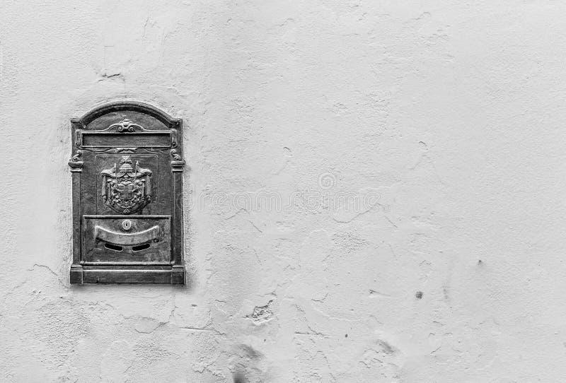 Oude brievenbus met exemplaarruimte in zwart-wit stock fotografie