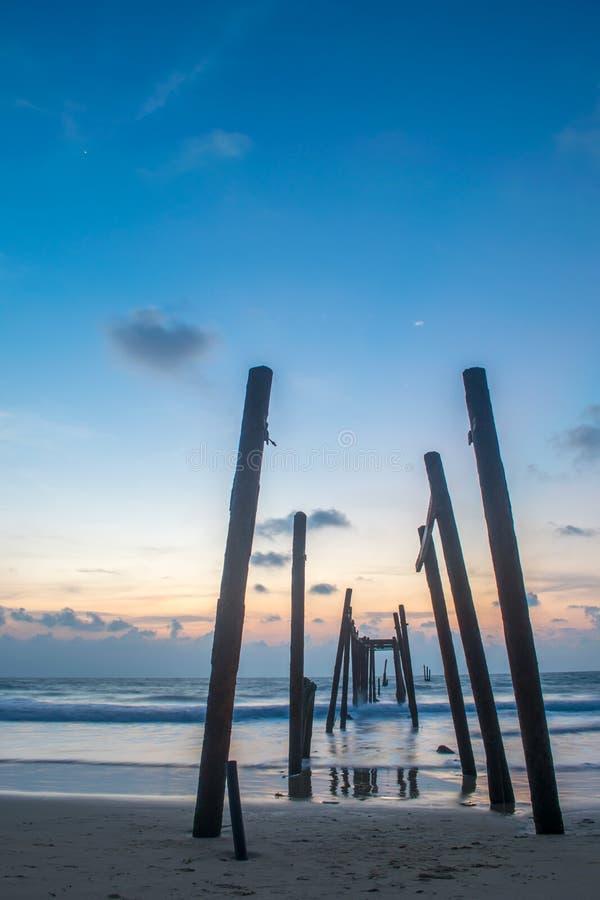 Oude brug bij KaoPilai-strand in blauwe de tijd Lange blootstelling van de hemelzonsondergang stock afbeelding