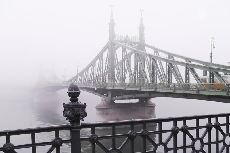 oude brug in de mist Mystieke Visie royalty-vrije stock foto