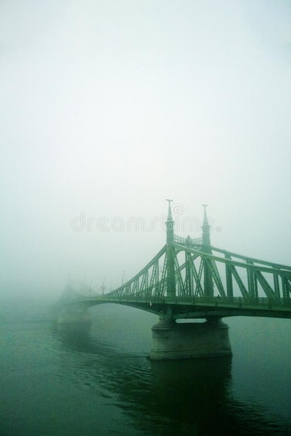oude brug in de mist Mystieke Visie stock foto