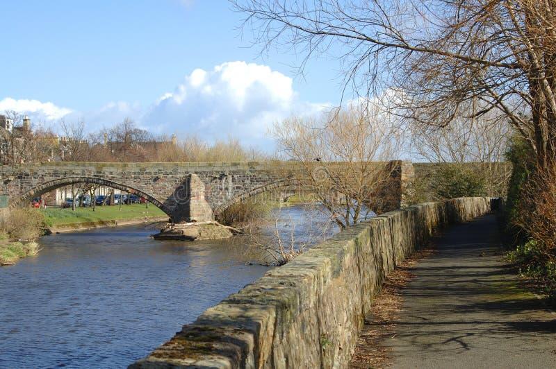 Oude brug over de rivier Esk in Musselburgh stock foto
