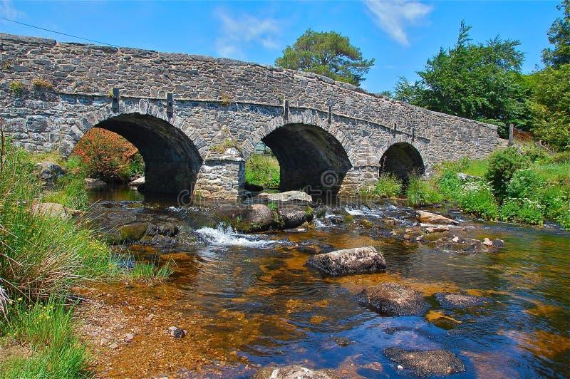 Oude brug over een stroom royalty-vrije stock foto