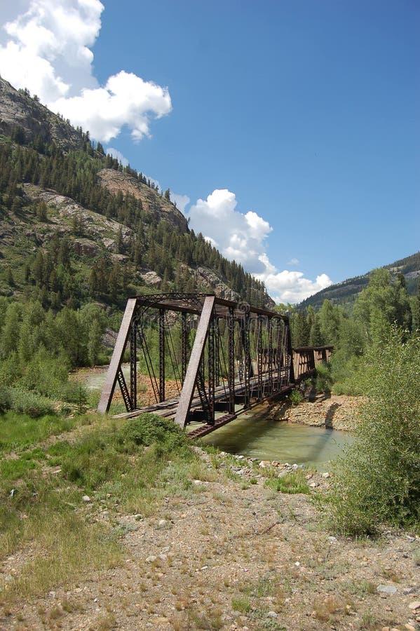 Oude brug over kreek stock afbeelding