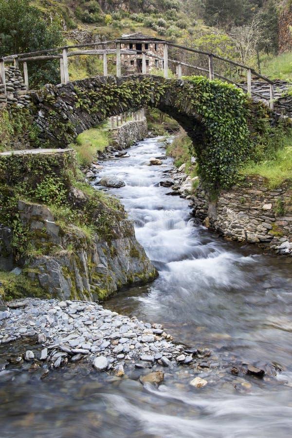 Oude brug in Portugal stock afbeelding