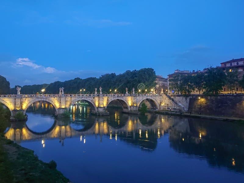 Oude brug in Rome bij nacht stock afbeeldingen