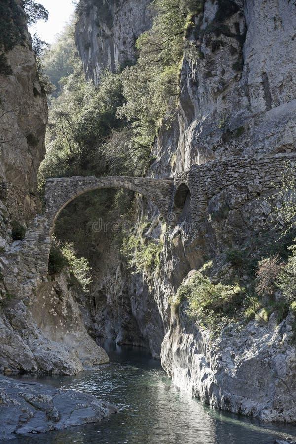 Oude brug in Roya Valley stock afbeeldingen