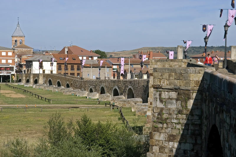 Oude brug, stad Hospital DE Obrigo, Spanje royalty-vrije stock afbeeldingen