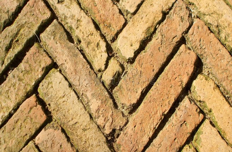 Oude bruine brik op de patronen van de weggang, backgrond royalty-vrije stock afbeeldingen