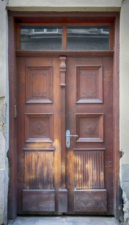 Oude bruine houten deur stock foto