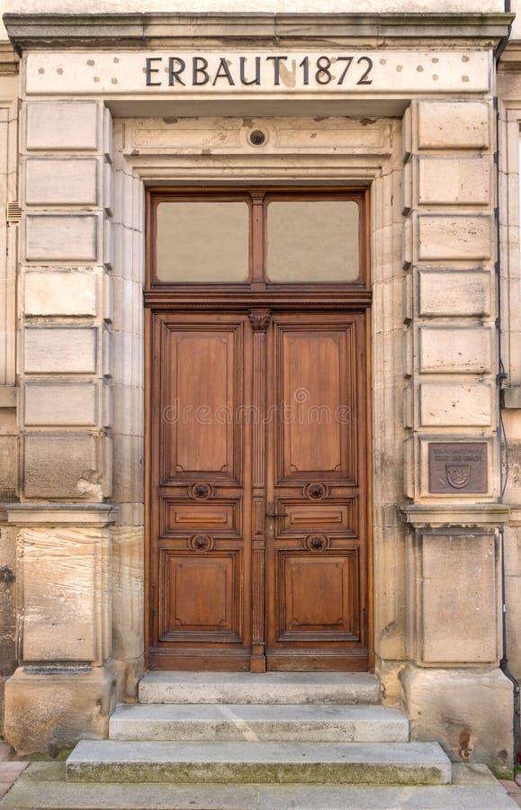 Oude bruine houten deur van een school stock fotografie