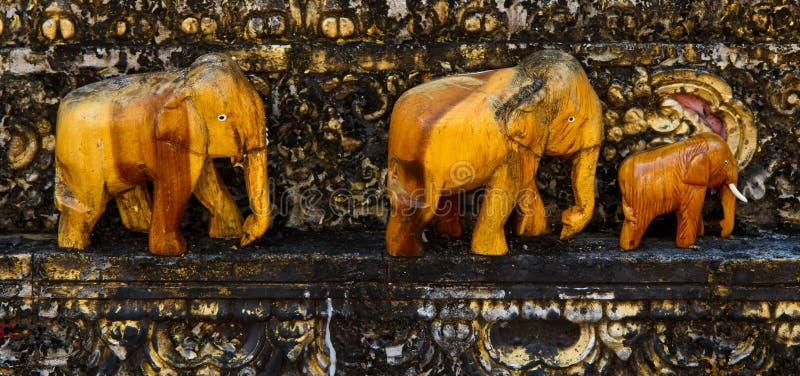 Oude Bruine olifanten die van hout graveren stock fotografie