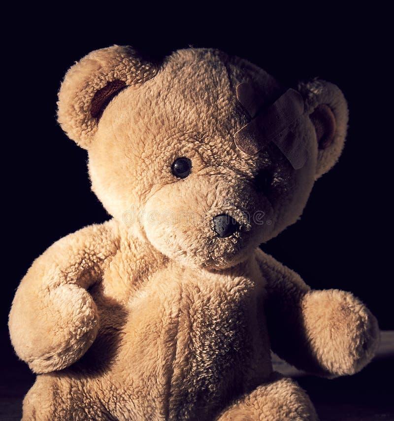 Oude bruine teddybeer stock foto's
