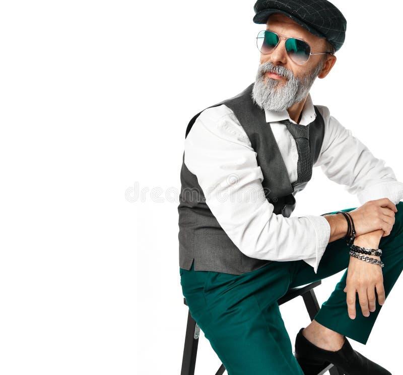 Oude brutale hogere miljonairmens bij witte overhemd en vliegeniers groene zonnebril modieuze modieuze mensen stock foto