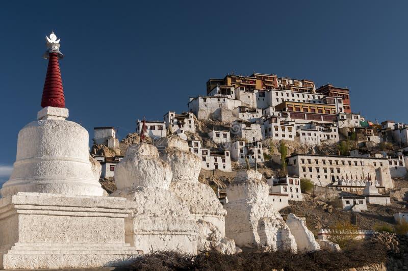 Oude budhiststupas onder Tikse-gompa, Ladakh, India stock fotografie