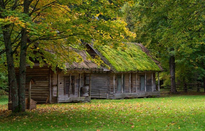 Oude buitenhuis landelijke scène Litouwen royalty-vrije stock fotografie