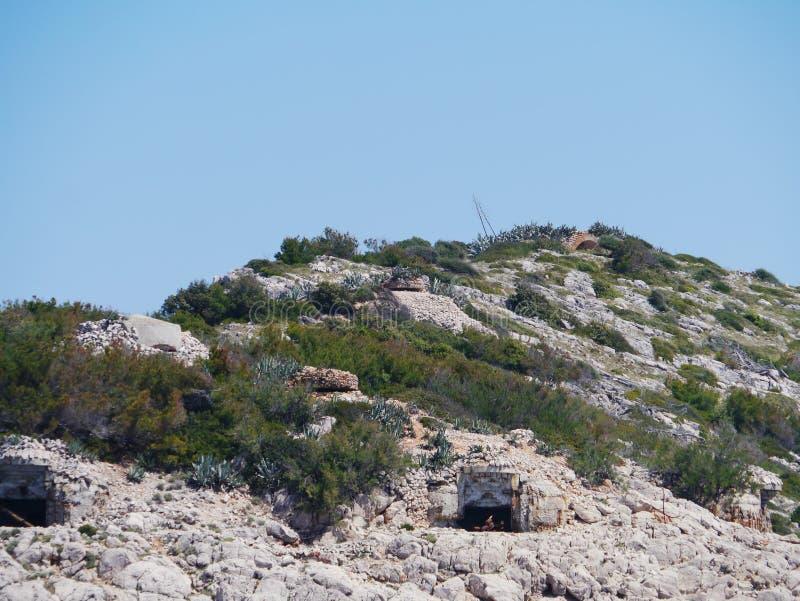 Download Oude Bunkers Van Een Kroatisch Eiland Stock Afbeelding - Afbeelding bestaande uit kustlijn, veiligheid: 54089401