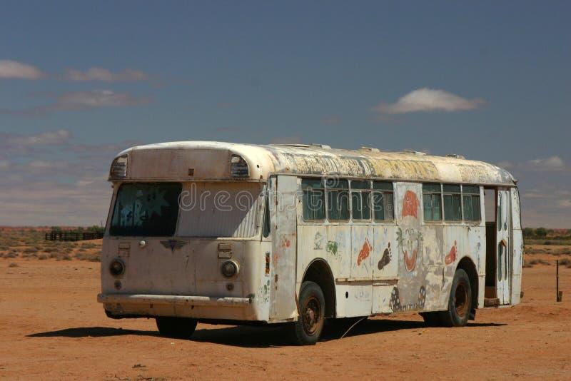 Oude bus in de woestijn stock foto's