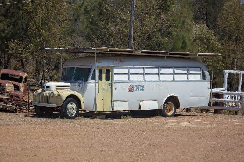 Oude Bus op Gem Fields stock foto