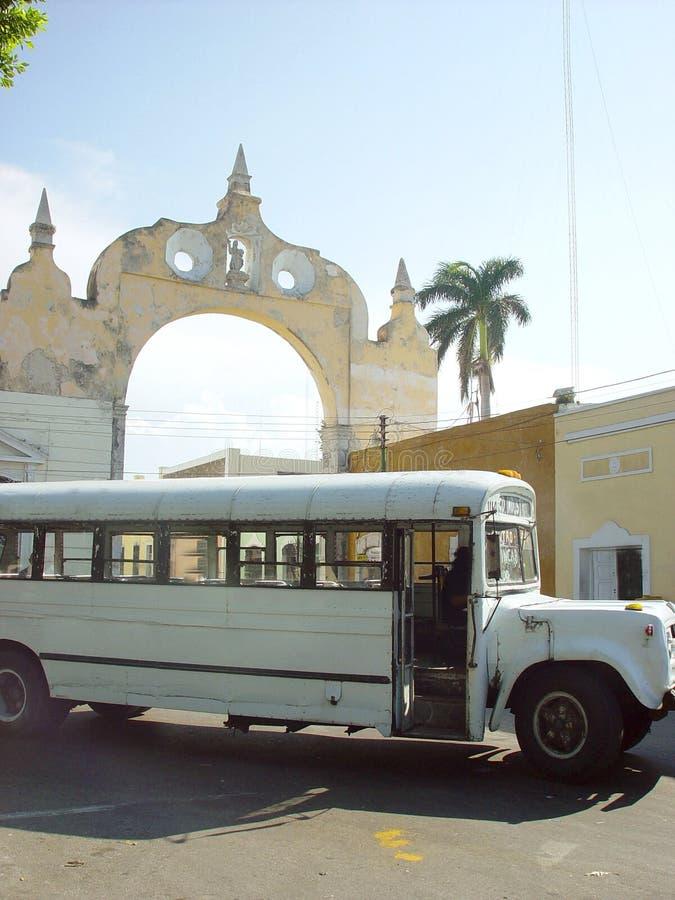 Oude bus voorboog in Merida stad in Mexico stock afbeeldingen