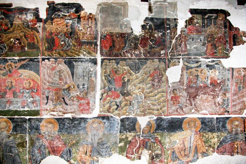 Oude Byzantijnse freskoschilderijen op de muur in de oude kerk stock foto's
