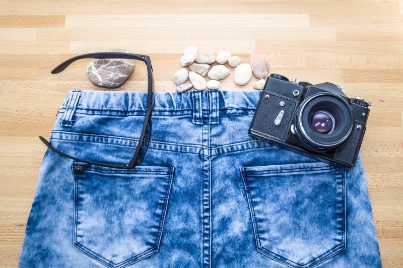 Oude camera die op jeans liggen royalty-vrije stock afbeelding