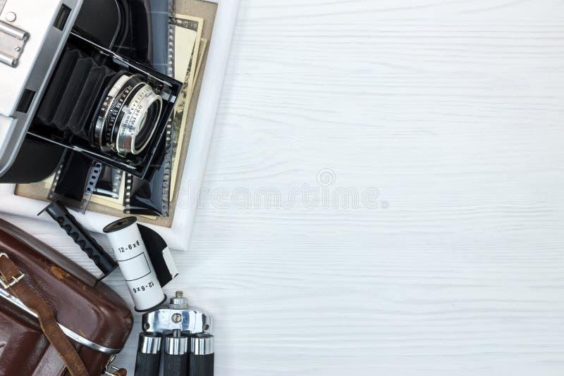 Oude camera, driepoot, fotokader en oude beelden op witte backgr stock afbeelding