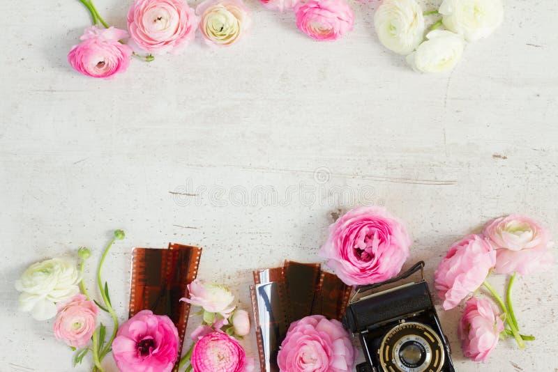 Oude camera en ranunculus bloemen royalty-vrije stock foto