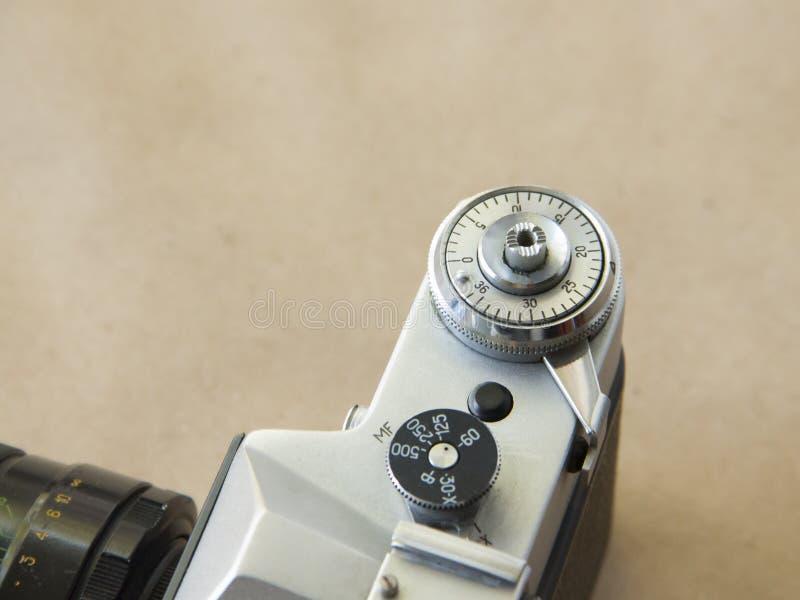 Oude camera op de achtergrond van Kraftpapier-document met film stock foto