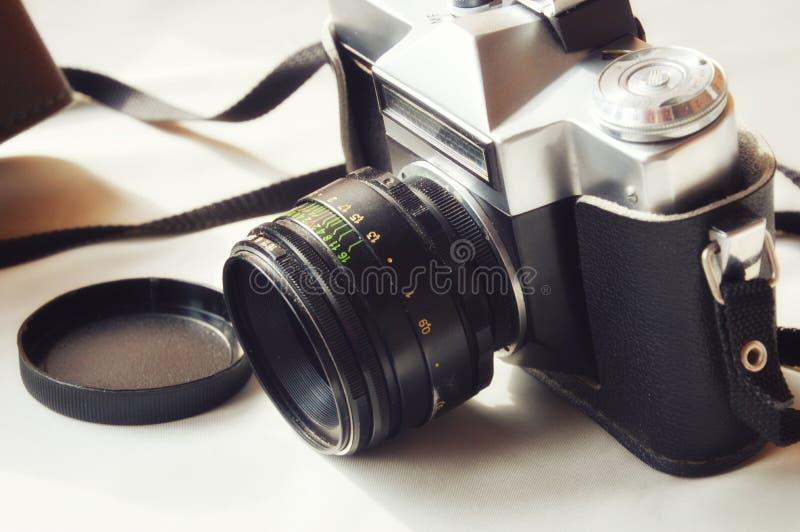 Oude camera op een lichte achtergrond royalty-vrije stock afbeelding