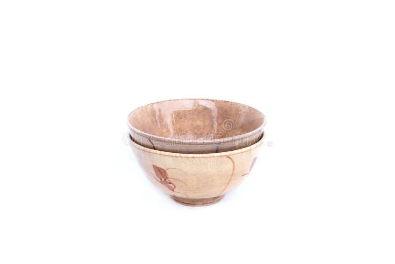 Oude ceramische kom op geïsoleerd royalty-vrije stock afbeeldingen